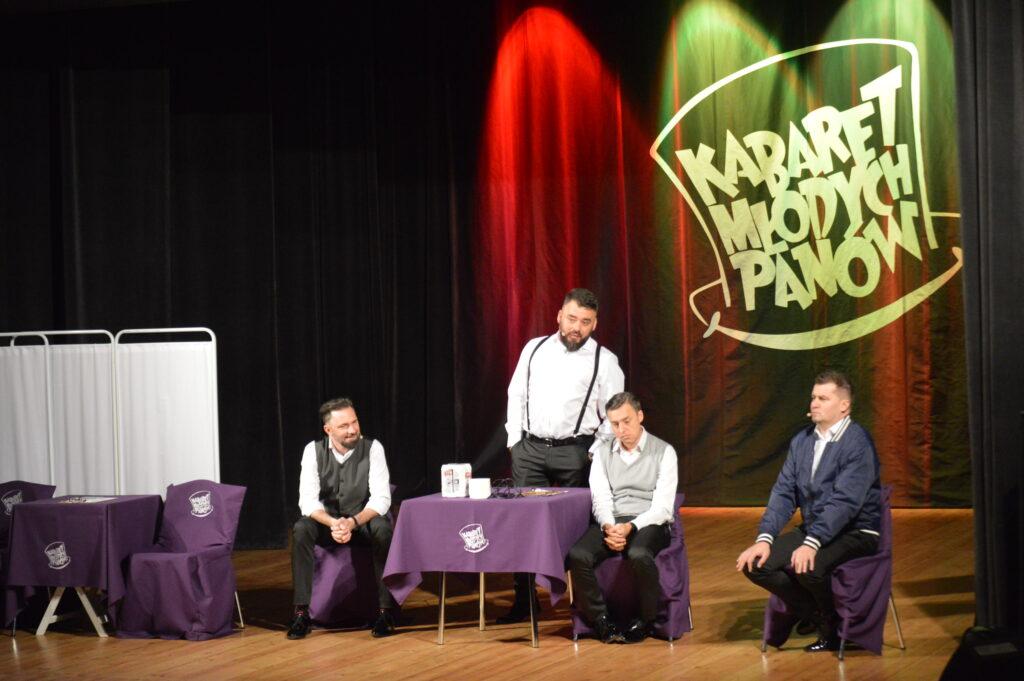 Występ Kabaretu Młodych Panów na scenie