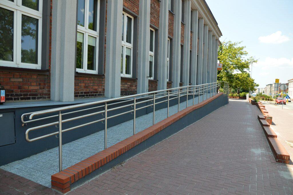 Zdjęcie budynku domu kultury od strony podjazdu
