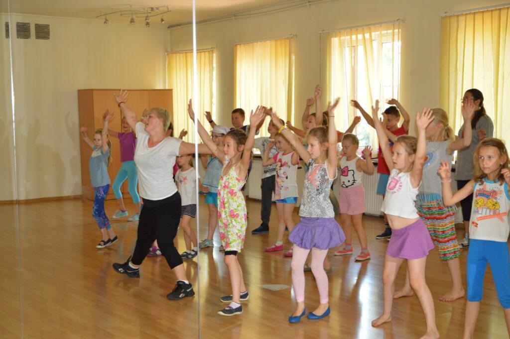 Dzieci podczas zajęć tanecznych