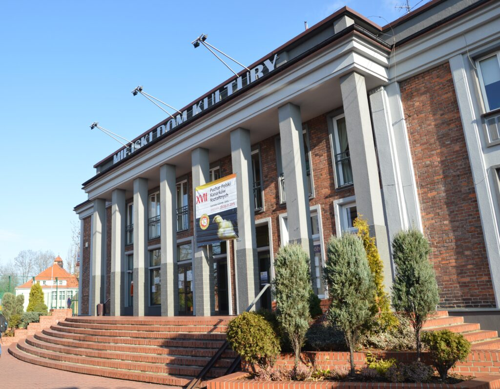 Fasada budynku Miejskiego Domu Kultury w Łaziskach Górnych